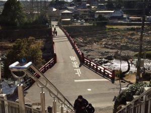 神社の南門から御社橋(通称赤橋)を臨んだところです。 手前は猪名川になります。